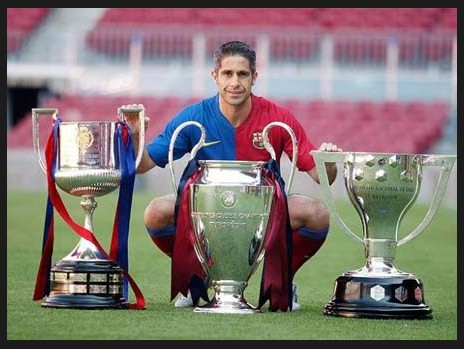 巴塞罗那队员与三个冠军奖杯合影